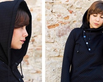 Hoodie with low necklines and convertible collar hood and coat, crossed at the neckline, buttoned with three hooks on the side.