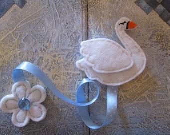 Bookmark with white swan, Felt bookmark,  Gift for Readers, Gift for Kids.