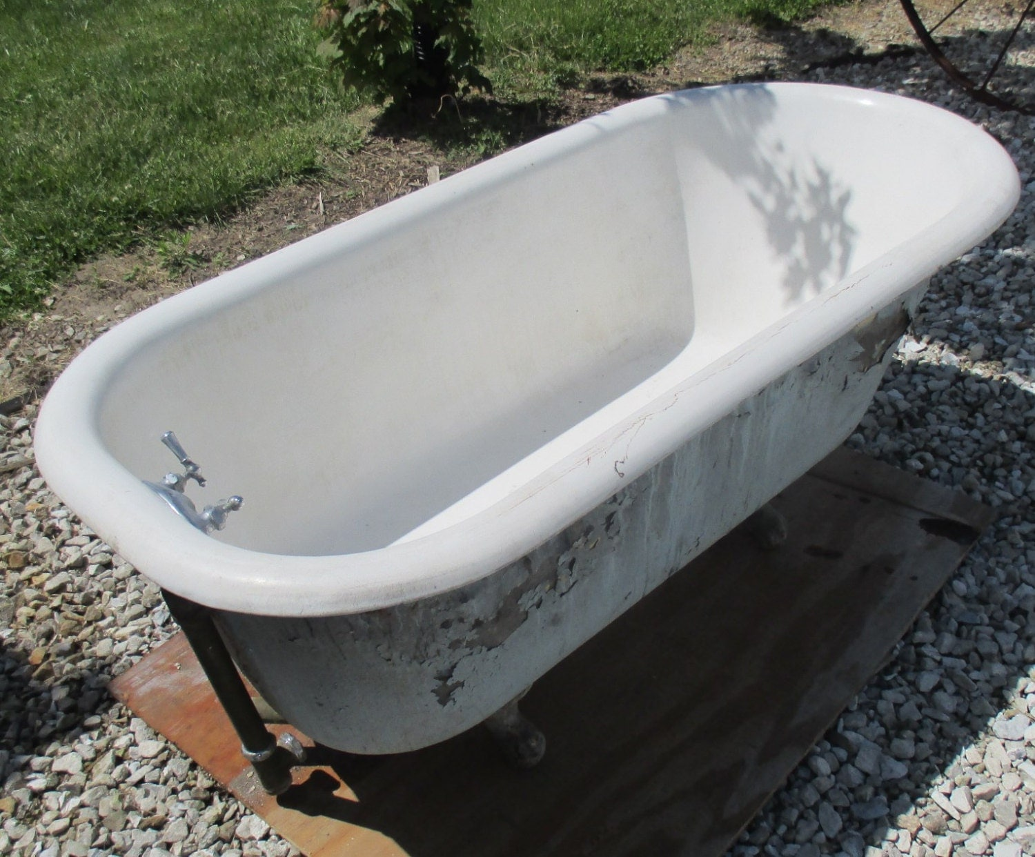 Antique cast iron white porcelain enamel clawfoot bathtub for Porcelain bathtubs for sale