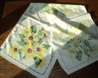 Retro Table Runner with wonderful Black Eyed Susan Daisy bouquet in Vintage Condition with an unfinished edge great for recycled repurposing