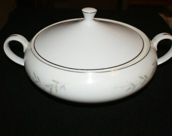 St. Regis Fine China of Japan, Pattern #101, Covered Vegetable Dish