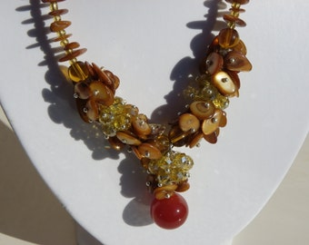 Necklace Crystal beige Golden with a large 16 mm agate beads and shell