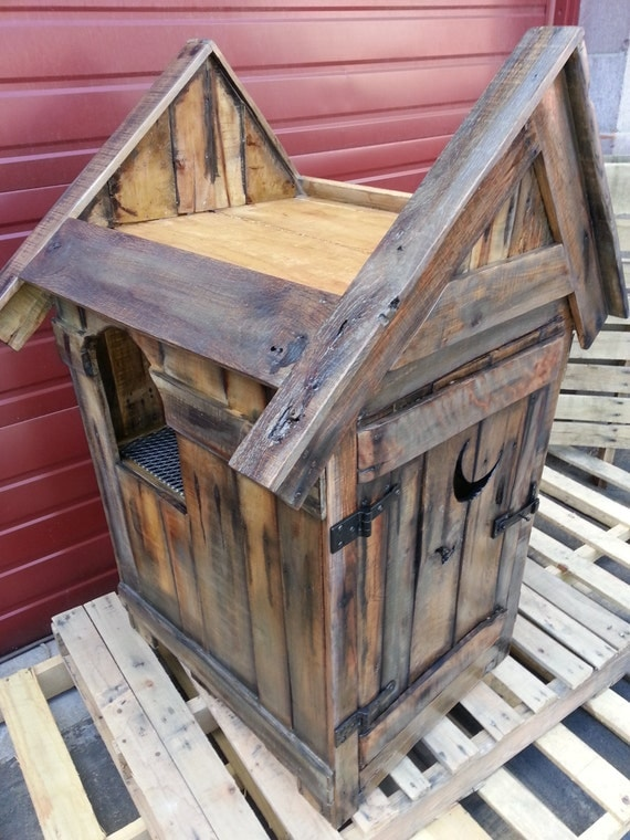 Rustic reclaimed distressed pallet wood outhouse cat litter