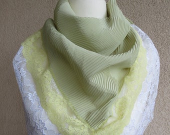 Very nice triangle scarf with lace at the hem in trendy green Pastelton