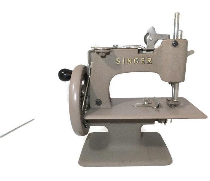 Macchina da cucire singer d 39 epoca modello mini childs 20 for Macchina da cucire singer tutti i modelli