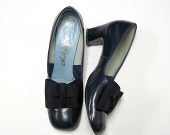 THE AMERICAN GIRL . 1960 navy blue heeled pump . size 6 1/2 B