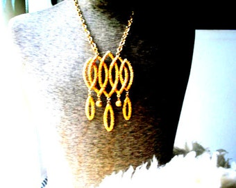 Glamour vintage  80s gold tone textured metal necklace with oversize geometric style pendant. Made by Napier.