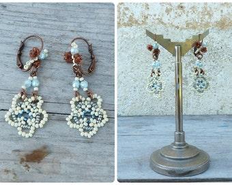 Fleurs bleues & bees /Handmade in France  pendant earrings on leverbacks