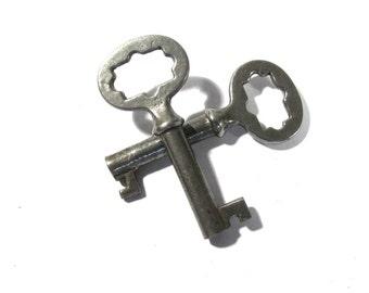 Skeleton Keys VINTAGE Two (2) SKELETON Keys Fancy Top Barrel Keys Industrial Key Assemblage Art Jewelry Supply Skeleton Vintage Keys (Y9)