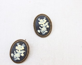Adorable     brooch  with back pin   1 piece listing