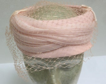 Beautiful Vintage Summer Pink Pillbox Hat with Veil - H6NC