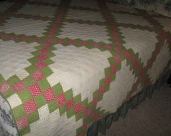 SALE//// Vintage Quilt // Red / Green // Vintage Irish Chain Quilt // Cutter Quilt // Christmas Crafts // Country Primitive// Whole Quilt
