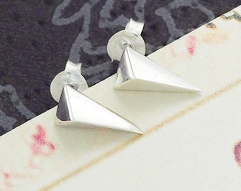 1 pair of 925 Sterling Silver Tiny Triangle Stud Earrings 5x10mm.:tm0090