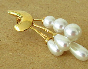 vintage 80s cascading pearl pin brooch gold tone crescent moon