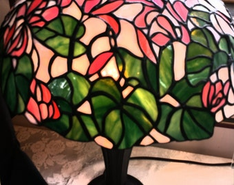 Tiffany-style Cyclamen lamp w/base