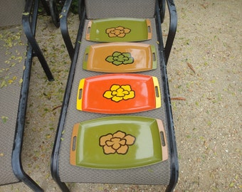Retro Serving trays Flower in center Olive Orange lot of 4