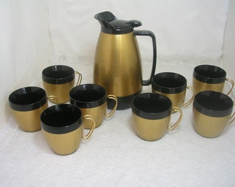Vintage West Bend Thermo-Serv Pitcher 32 oz. & 8 NFC Mugs Cups Metal Handles Gold Black