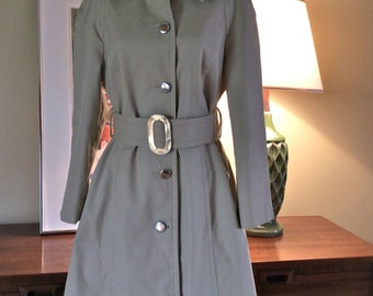 London Fog Spy Short Trench Belted Fit Flare. Caribe Cloth. 1970's MCM. Rain Coat.  Approx size 8