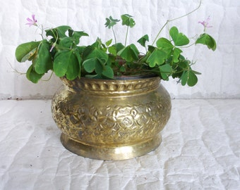 Rustic planter pot, vintage brass & copper ETCHED embossed FLOWERS. Hand hammered old home decor bin, antique houseware, Shabby goldtone