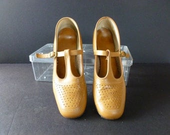 Vintage Tan Leather Mary Jane Low Heel,  Pumps Size 9, Made  by Shoe Classics For JCPenney