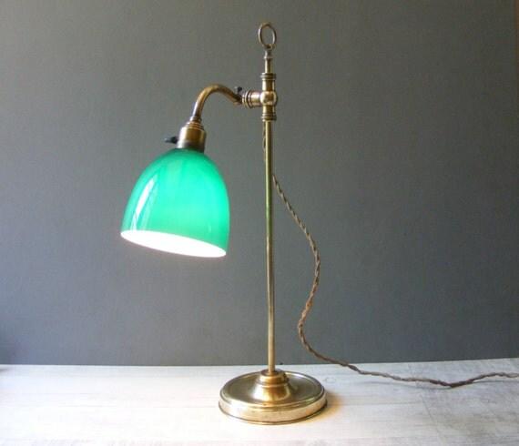 Vintage fran ais laiton lampe de table avec un abat jour en - Lampe de bureau banquier laiton verre vert ...