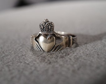 vintage sterling silver fashion ring in the Irish Celtic claddagh design, size 9    M7