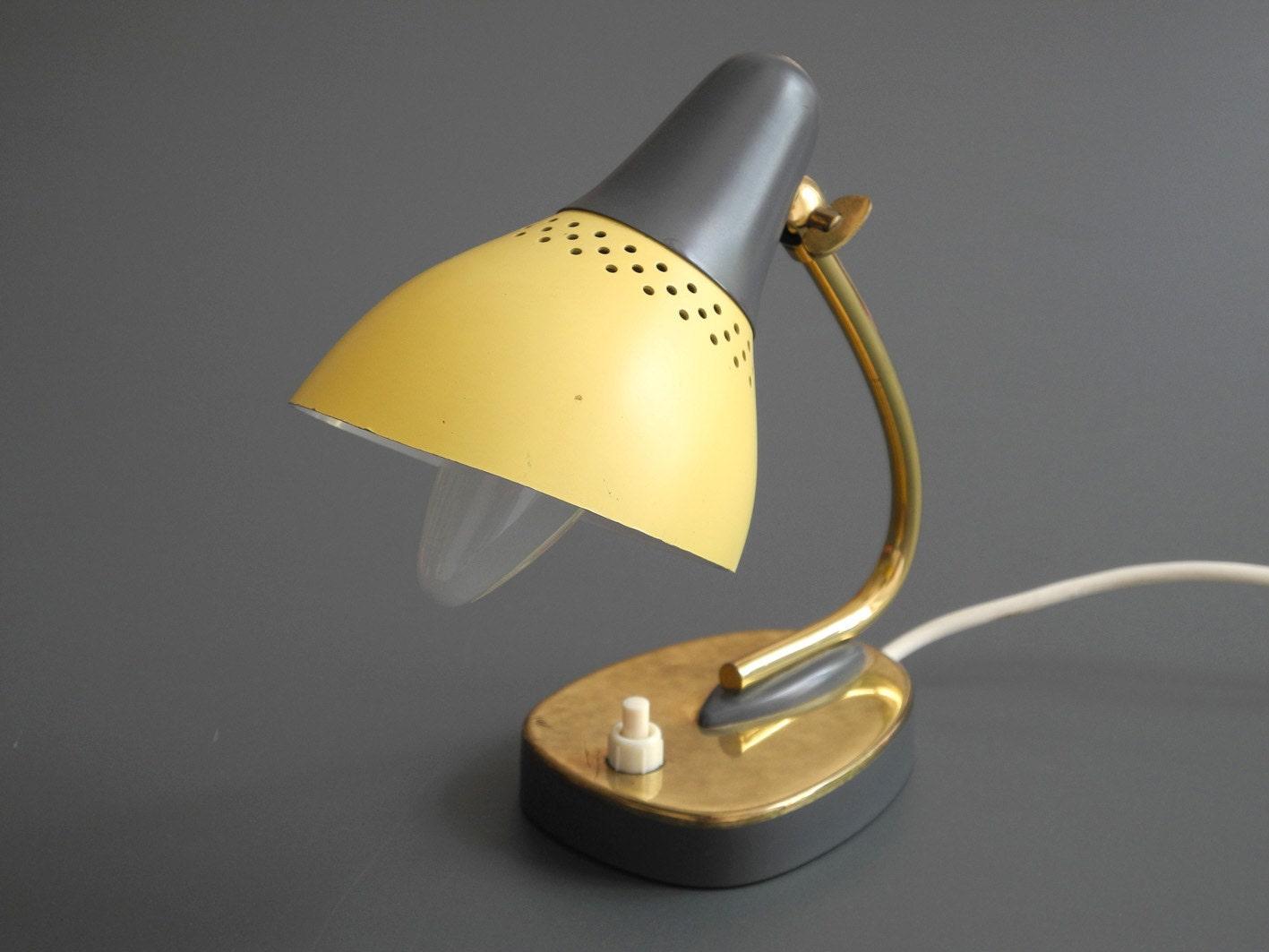 wundersch ne original mid century kleine tischlampe mit gelbem. Black Bedroom Furniture Sets. Home Design Ideas
