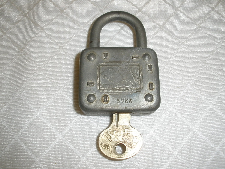 antique master lock co lion padlock and key made in usa. Black Bedroom Furniture Sets. Home Design Ideas
