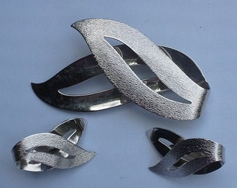 Vintage 1960s Sarah Coventry satin flames matching set pin brooch and clip on earrings brushed and shiny silver tone