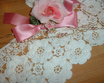 Crochet lace for curtain composed of two rows of roses in Ireland. To order.