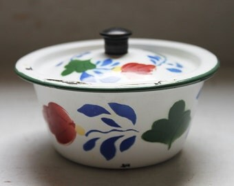 "Enamel bowl with lid and ""Dutch boerenbont pattern"" flower decoration"