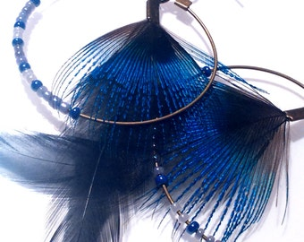 Creole earrings, beads and feathers bluish-black