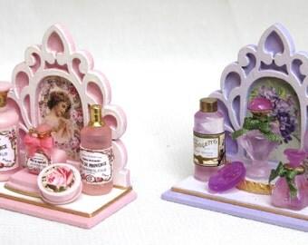 prezioso display per profumeria con bottiglie di profumo e saponetta, fatto a mano, scala 1/12,OOAK