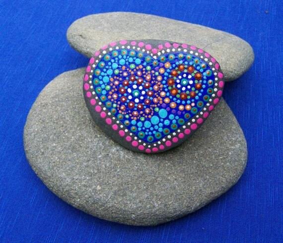 Main peint mandala pierre mandala de coeur sur la pierre de - Peinture sur galet mandala ...