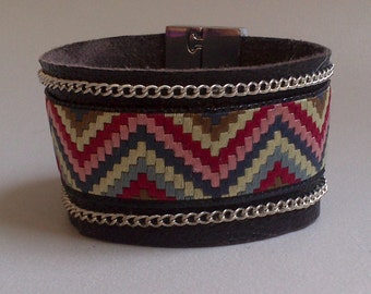 Bracelet typifies cuff(headline) in soft leather brown and multicolored ribbon