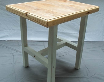 Side table in pine