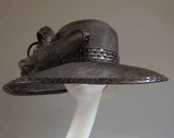 made with passion Black sinamay hat size 57,5 with fake leather shinny leather.