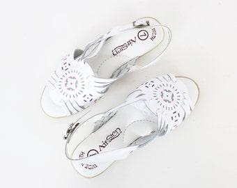 vintage white woven sandals / white leather huaraches / open toe sandals / slingback sandals / size seven 7 sandals