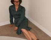 1970s '70s Wing Collar Dress. Green Rose Floral Dress. Zevia Fashions. Chain Belt. Small Secretary Dress.
