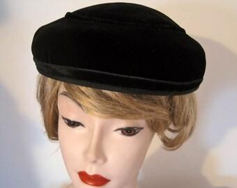"""1950s Black Velvet Dish Hat / Saucer Hat / 21"""""""