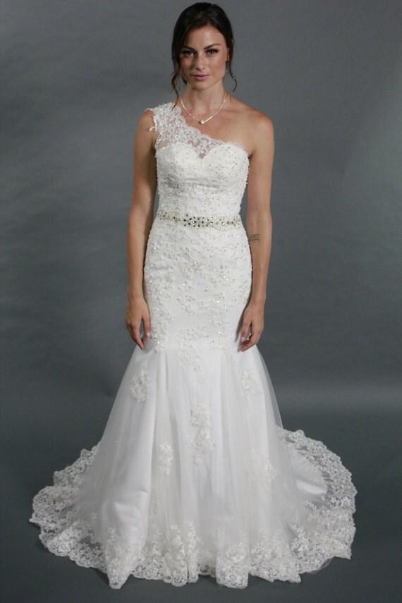 Robe de mariée sirène une épaule blanc en dentelle avec ceinture en ...