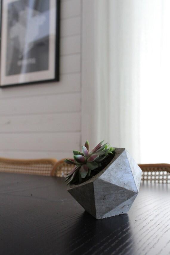 Le petit Oliver - un petit planteur de béton géométrique