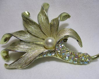 Stunning Gold Tone With Faux Pearl Rhinestone Flower Brooch