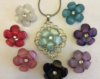 5 petal resin flower snap charm.  Currently have 3 of each color shown in first photograph.