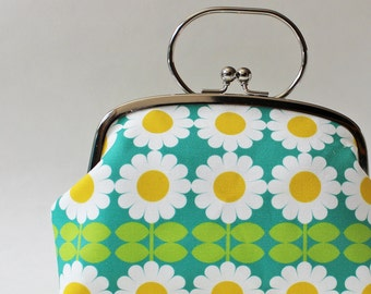 Kiss lock frame purse clutch purse daisies on aqua blue white flowers retro floral handbag makeup bag yellow green metal handle summer