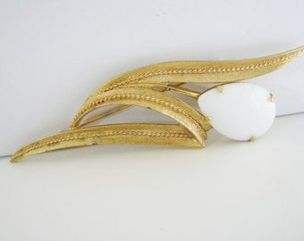 Vintage Sarah Coventry gold leaf cocktail brooch with white glass (H9)