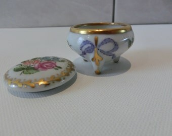 Antique Pillbox fine bone china with lovely handpainting flowerdesign 24 kt Gold