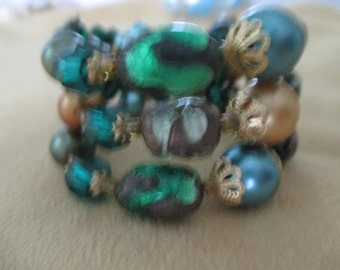 VINTAGE COSTUME JEWELRY  /  beaded bracelet 3 stran