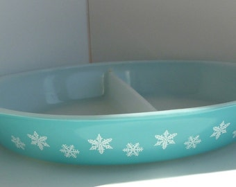 Pyrex Oval Casserole Divided Dish Turquoise with White Snowflake 1.5 Quart