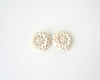 vintage clip-on earrings, clip on earrings, floral earrings, large earrings, white earrings, plastic earrings, shabby chic, vintage jewelry